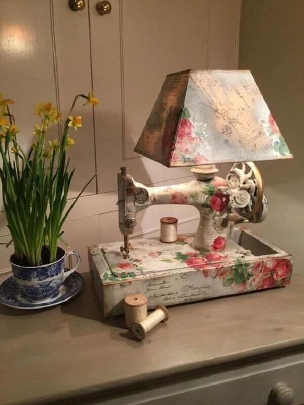 Abajur com design criativo feito com a técnica de decoupage