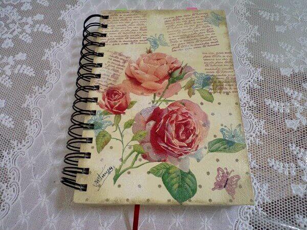 Aplique a técnica de decoupage em cadernos