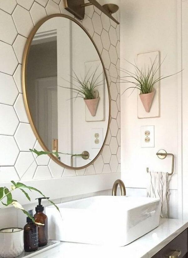 Aposte em plantas artificiais na parede do banheiro