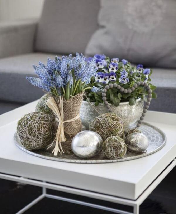 Aposte em plantas artificiais para decorar a mesa de centro da sala de estar