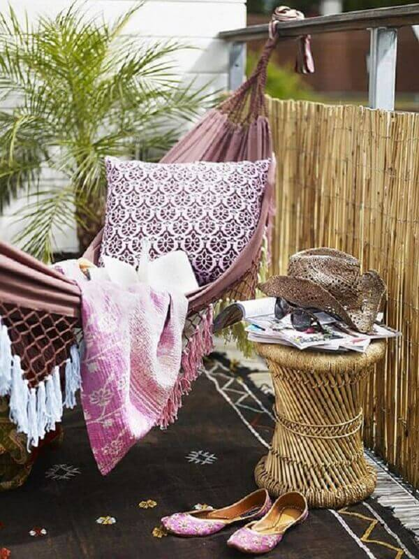 Aposte em sua varanda boho com um balanço ou uma rede
