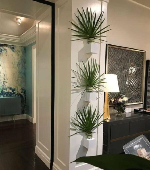 Aposte em vaso com plantas artificiais em cada cantinho da casa