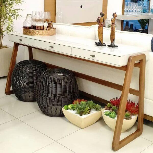 Aproveite o espaço embaixo do aparador e complemente a decoração com plantas artificiais
