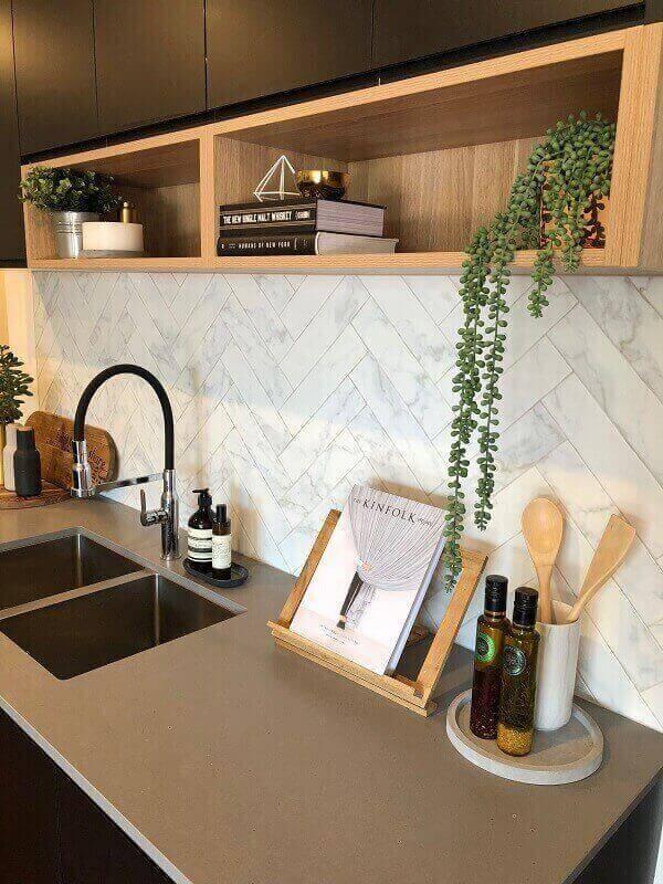 Aproveite os nichos da cozinha e inclua na decoração vaso com flores artificiais