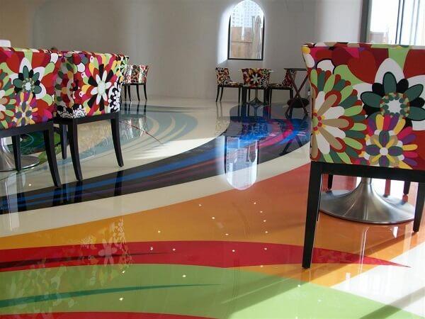 As cores do piso líquido 3D se harmonizam com os móveis do ambiente