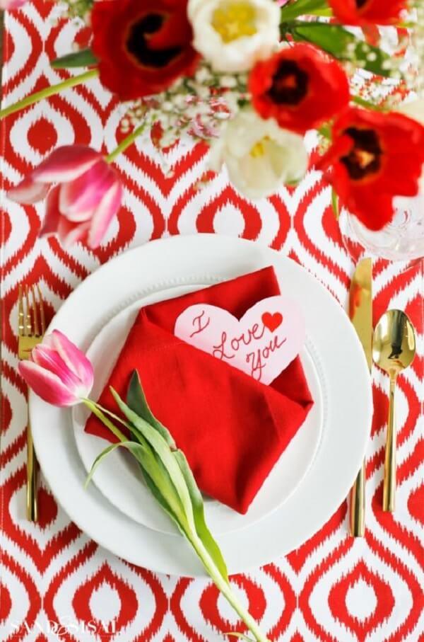 As dobras em guardanapos de tecido deixam a mesa de dia dos namorados mais personalizada. Fonte: Pinterest
