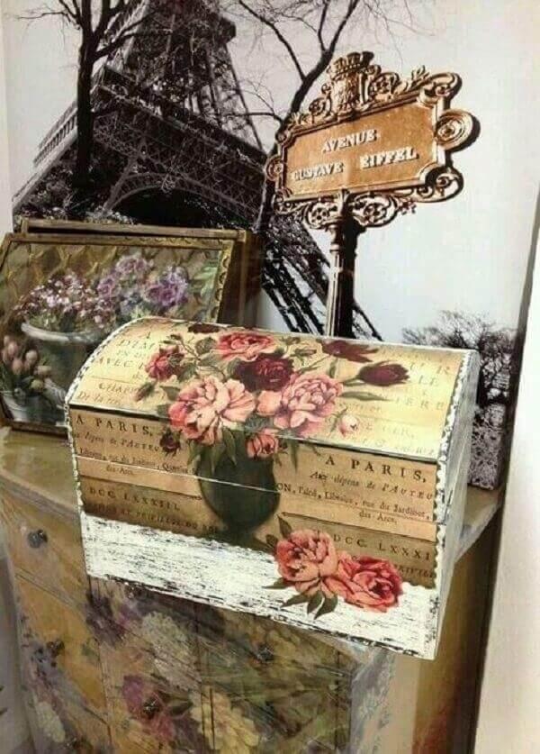 Baú de madeira decorado com papel de decoupage