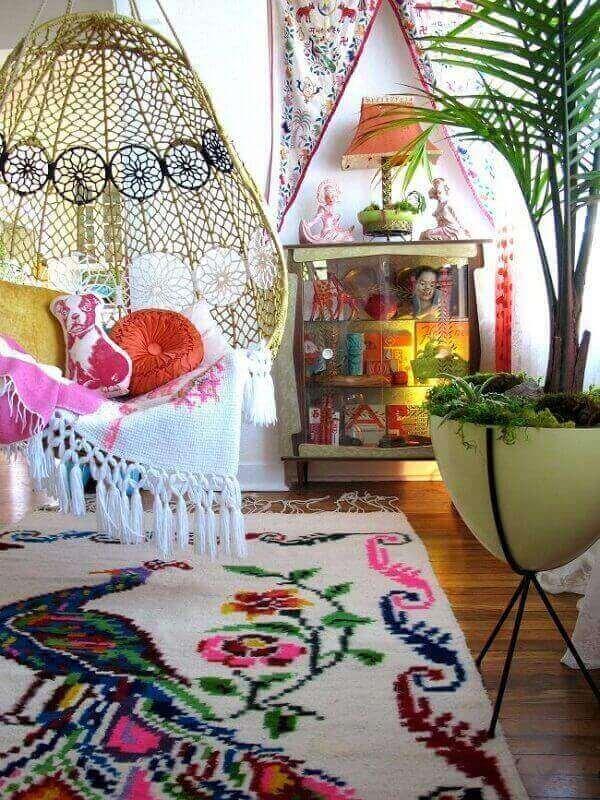 Balanço, almofadas e tapetes complementam a decoração de varanda boho