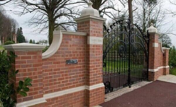 Base de tijolinho para sustentar a movimentação do portão na entrada de chácara