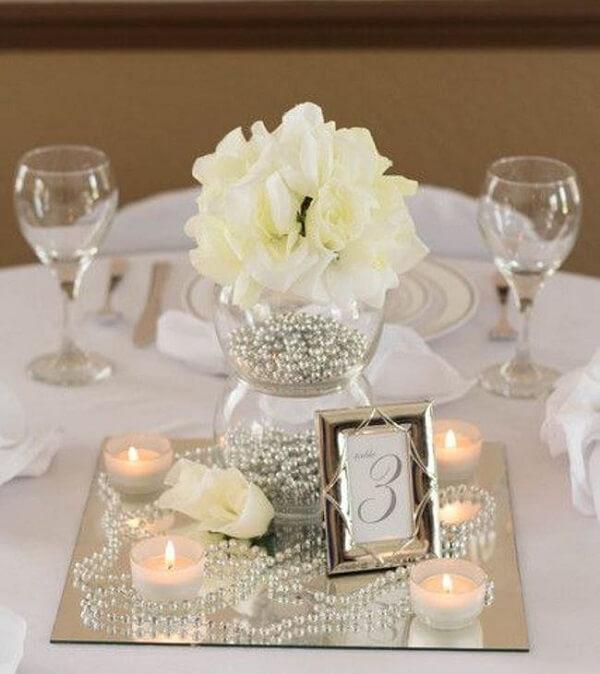 Bodas de prata dentro de mesa com pérolas prateadas