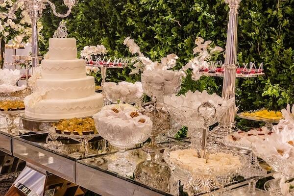 Bodas de prata mesa com bolo e doces variados