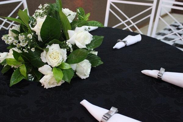 Bodas de prata mesa com guardanapos e arranjo de flores