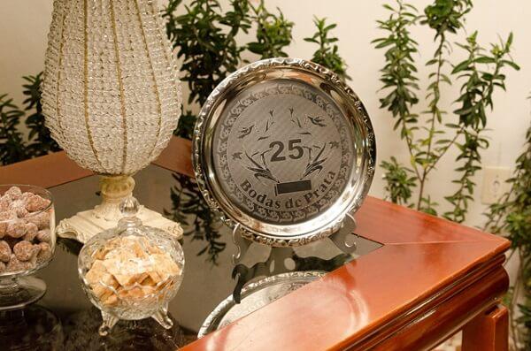 Bodas de prata placa comemorativa na mesinha