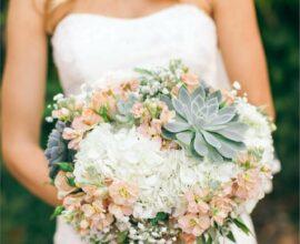 Inove no dia do casamento e invista em um buquê de flores com suculentas. Fonte: The Inspired Bride