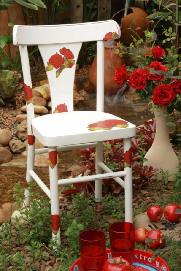Cadeira decorada com a técnica de decoupage