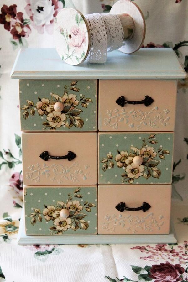 Caixa de bijuterias decorada com a técnica de decoupage
