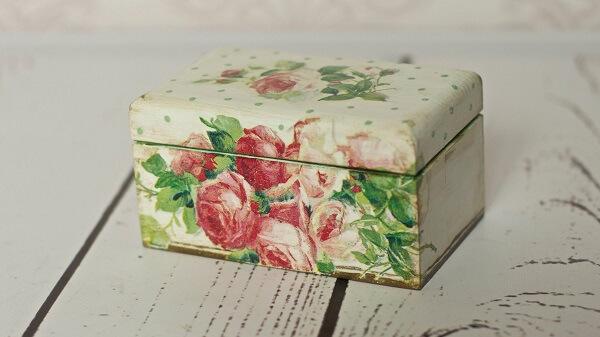 Decoupage em madeira aplicado em um caixa de MDF