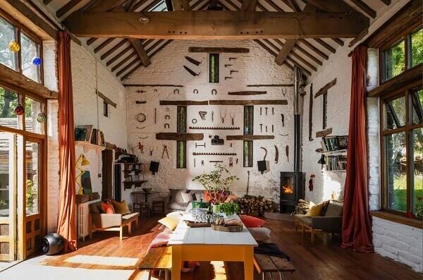 Casa de campo rústica decorada com ferramentas na parede