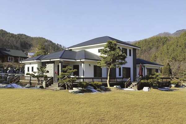Casa de chácara branca com telhado escuro