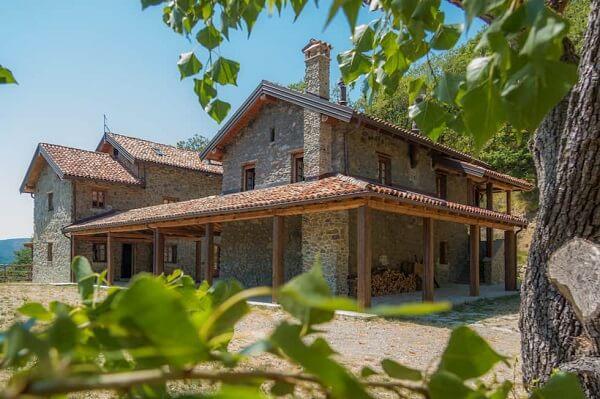 Casa de chácara com revestimento de pedras