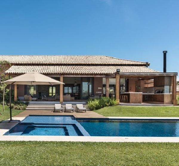 Casa de chácara térrea com piscina e churrasqueira