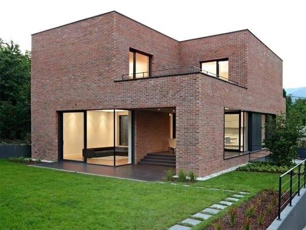 Casa de tijolo ecológico com esquadrias pretas