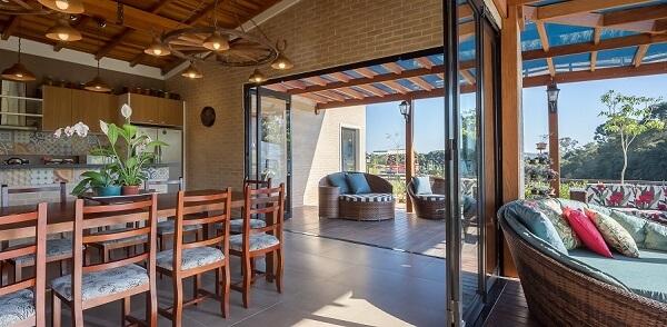 Casa de tijolo ecológico e madeira
