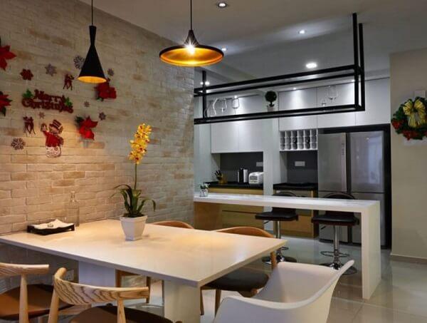Casa de tijolo ecológico com cozinha decorada