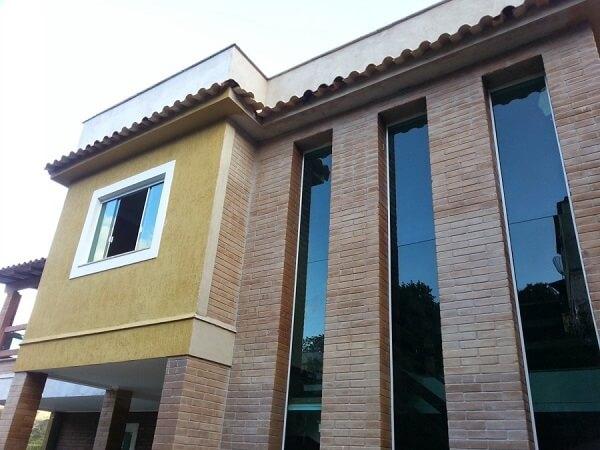Casa de tijolo ecológico com pé direito duplo