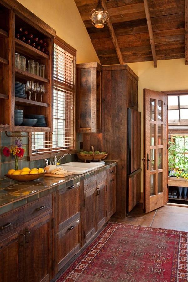 Casa rústica com acabamentos e móveis de madeira escura