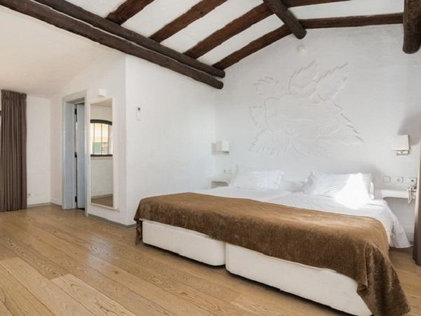 Casa rústica com detalhe de madeira no teto do dormitório