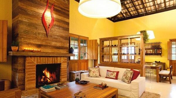 Casa rústica com elementos naturais na decoração