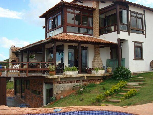 Casa rústica com esquadrias de madeira