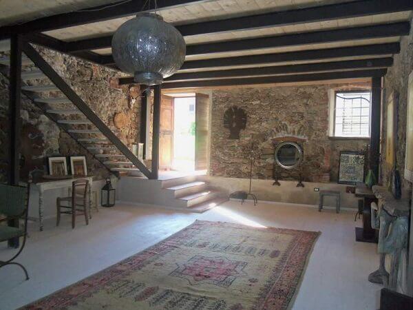 Casa rústica com paredes de pedra