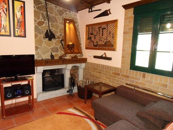 Casa rústica com pedras na decoração