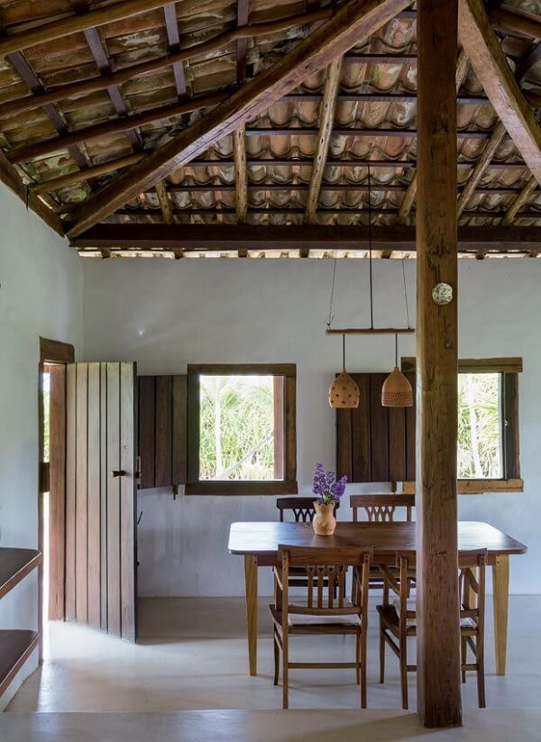 Casa rústica com pilar central de madeira