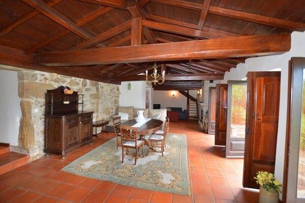 Casa rústica com piso cerâmico