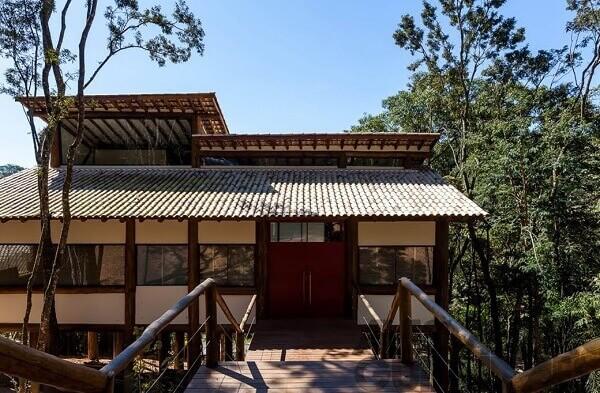 Casa rústica com toras de eucalipto