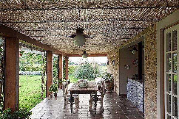 Casa rústica com varanda decorada