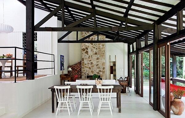Casa rústica com duas alturas de piso