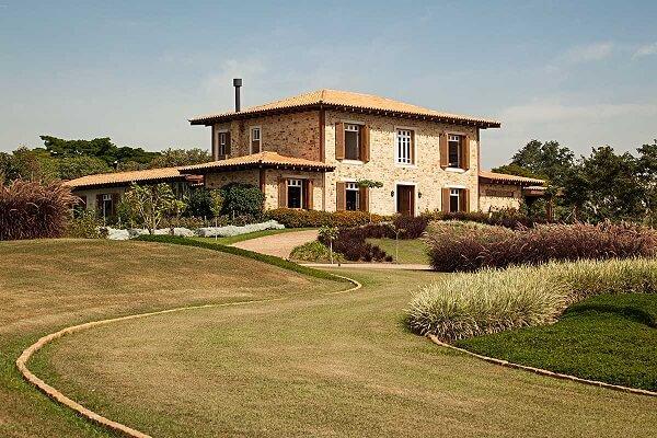 Casa rústica de campo com lindo paisagismo
