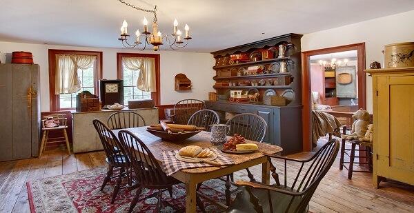 Casa rústica mobiliada com peças no mesmo estilo