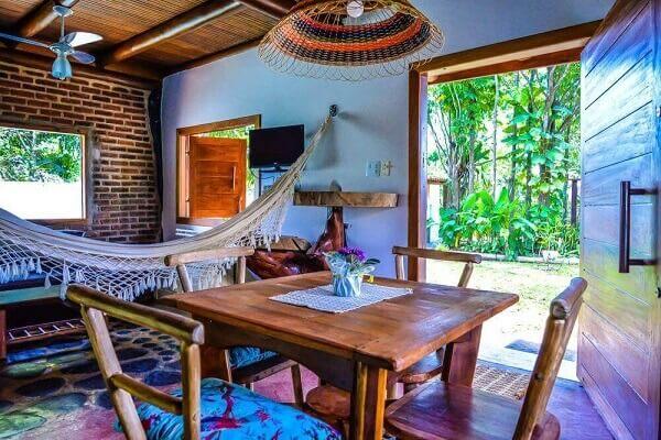 Casa rústica pode ser decorada com rede na sala de estar