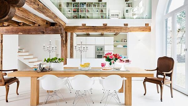 Casa rústica pode ter detalhes com dormentes e toras de madeira