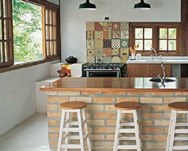 Casa rústica simples com bancada de tijolo aparente