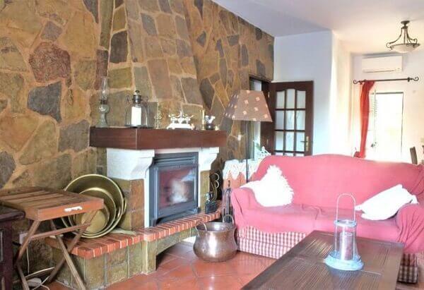 Casa rústica simples decorada com móveis no mesmo estilo