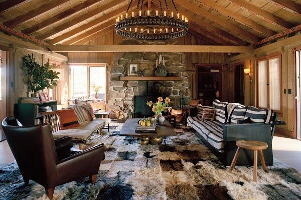 Casas de madeira rústica com lareira de pedras