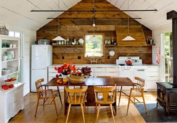 Casas de madeira rústica tem atmosfera romântica