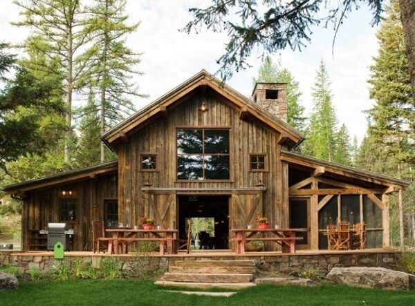 Casas de madeira rústicas são ideais para o campo