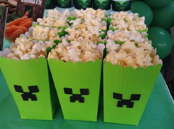 Coloque a pipoca em uma caixa de papel personalizada com tema festa minecraft